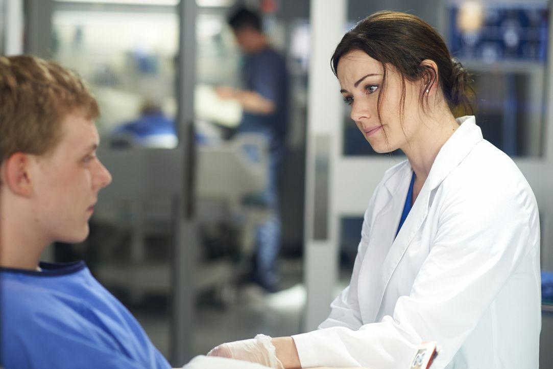 Kann Alex (Erica Durance, r.) für ihren Patienten Connor (Alexander De Jordy, l.) noch rechtzeitig ein geeignetes Spenderorgan organisieren? - Bildquelle: 2013  Hope Zee Two Inc.