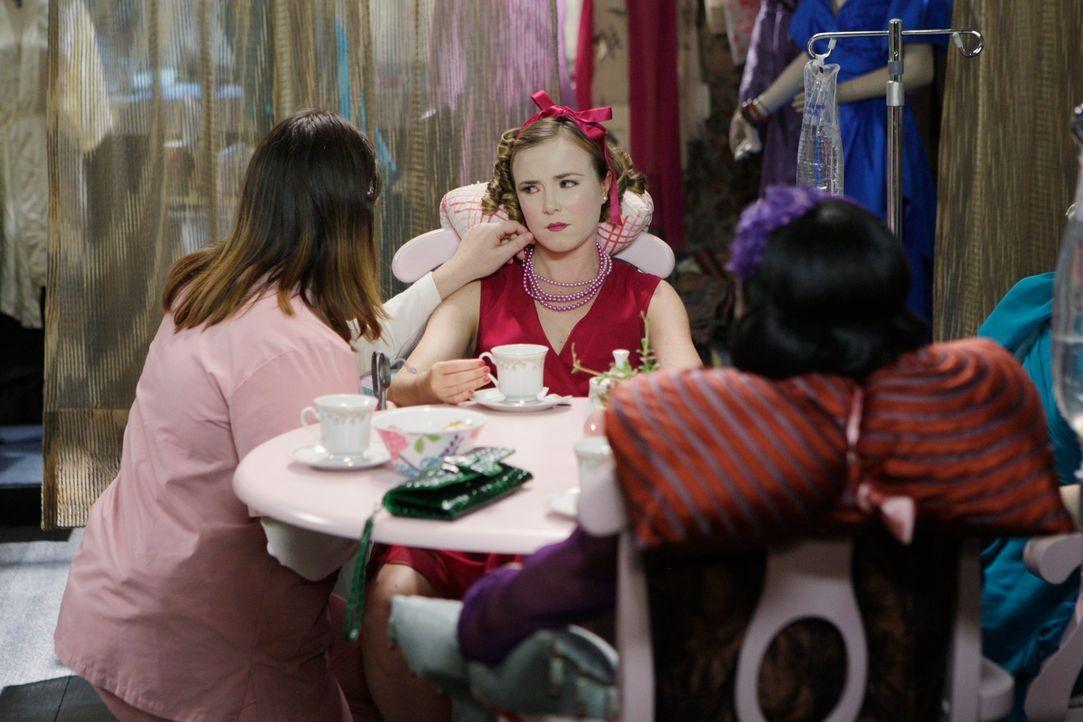 Die psychisch gestörte Samantha Malcolm (Jennifer Hasty, l.) hält sich Frauen als Puppen. Für sie sind die Frauen, die sie entführt und durch Drogen... - Bildquelle: Touchstone Television