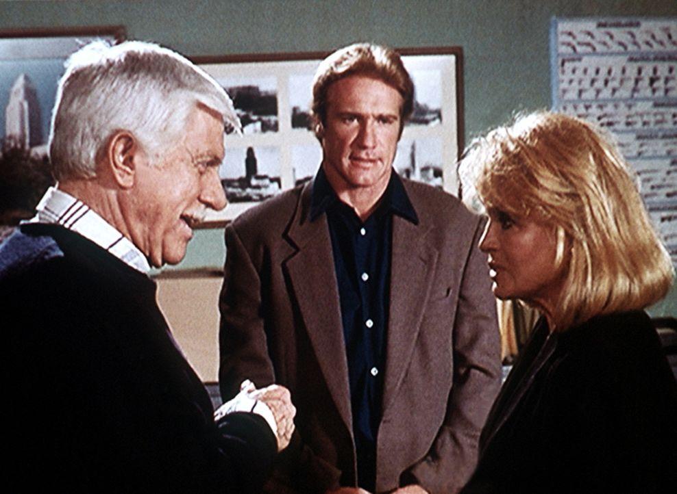 Captain Pike (Angie Dickinson, r.) gerät bald ins Visier der Ermittlungen von Dr. Mark Sloan (Dick Van Dyke, l.) und seinem Sohn Steve (Barry Van Dy... - Bildquelle: Viacom