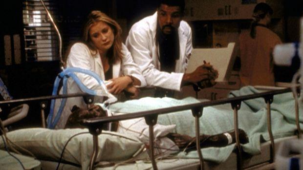 Lucy (Kellie Martin, l.) und Dr. Benton (Eric LaSalle, r.) beim alten Charley...