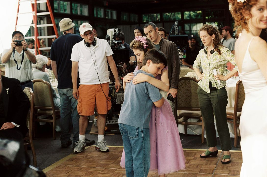Gar nicht so einfach, mit einem Mädchen zu tanzen, wenn alle zu schauen. Josh Hutcherson (M.l.) und Charlie Ray (M.r.) während der Dreharbeiten. - Bildquelle: 2005 by Regency Entertainment (USA), Inc. and Monarchy Enterprises S.a.r.l. All rights reserved.