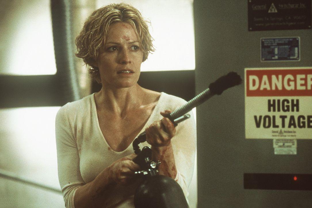 Das Experiment geht voll daneben und Caine verwandelt sich in einen Killer, der im verwinkelten Labor Jagd auf Linda (Elisabeth Shue) und ihre Kolle... - Bildquelle: Columbia Pictures