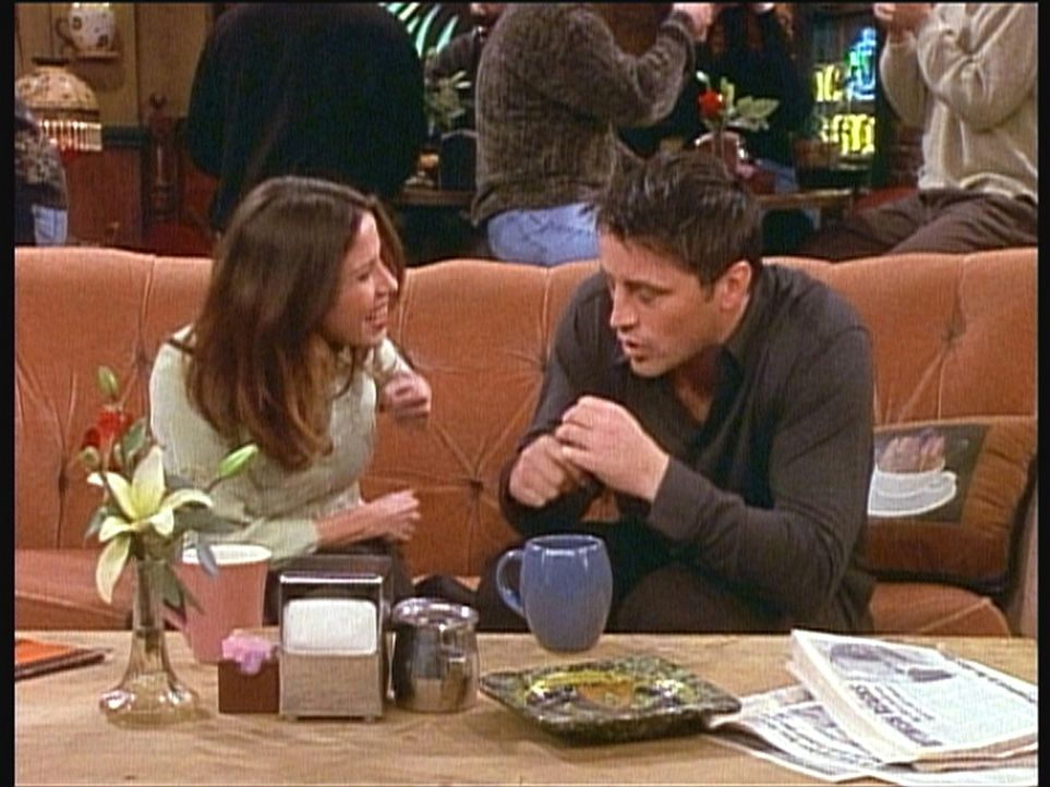 Katie (Soleil Moon Frye, l.) versteht gar nicht, was Joey (Matt LeBlanc, r.) dagegen haben könnte, wenn er ab und zu einen Harten Schlag erhält ... - Bildquelle: TM+  2000 WARNER BROS.