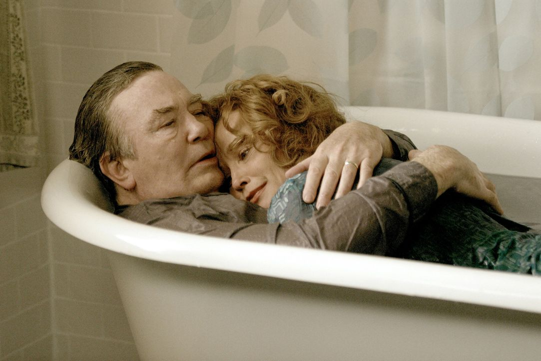 Sandy (Jessica Lange, r.) hat keine Probleme mit den fabulösen Geschichten ihres Mannes Edward (Ewan McGregor, l.). Sohnemann Will hingegen bricht... - Bildquelle: 2004 Sony Pictures Television International. All Rights reserved.