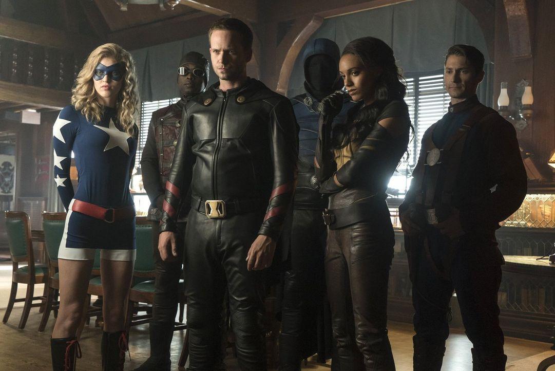 Als die Legends erkennen, dass (v.l.n.r) Stargirl (Sarah Grey), Dr. Mid-nite (Kwesi Ameyaw), Rex Tyler alias Hourman (Patrick J. Adams), Obsidian (D... - Bildquelle: Warner Brothers