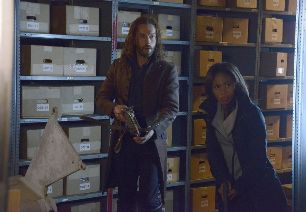 Können Ichabod (Tom Mison, l.) und Abbie (Nicole Beharie, r.) ein gefährliches Buch voller Zaubersprüche ausfindig machen, bevor es in die falschen... - Bildquelle: 2014 Fox and its related entities. All rights reserved