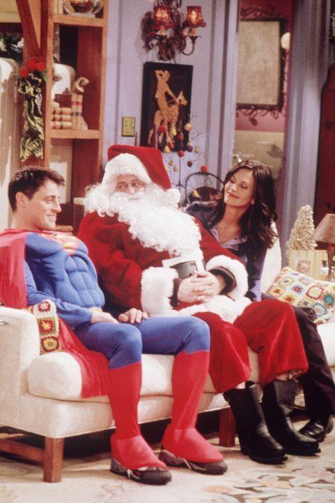 Superman Joey (Matt LeBlanc, l.), der Weihnachtsmann (Matthew Perry, M.) und Monica (Courteney Cox, r.) genießen die Weihnachtsfeiertage ... - Bildquelle: TM+  2000 WARNER BROS.