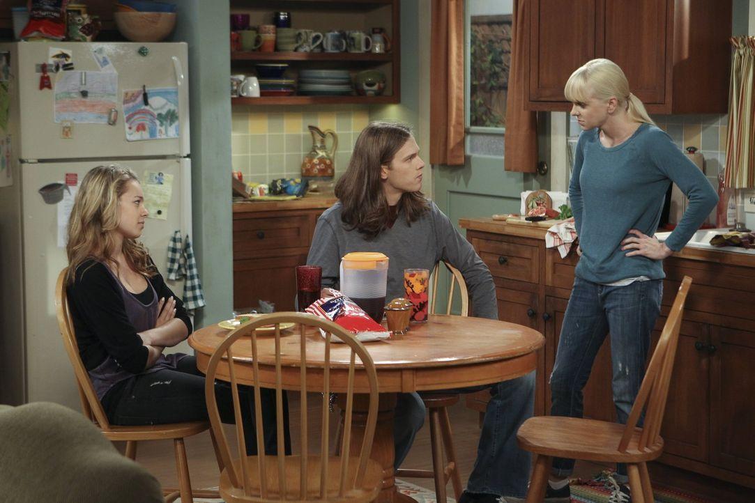 In Christys (Anna Faris, r.) Küche werden wieder einmal heikle Diskussionen geführt. Diesmal haben Luke (Spencer Daniels, M.) und Violet (Sadie Calv... - Bildquelle: Warner Brothers Entertainment Inc.