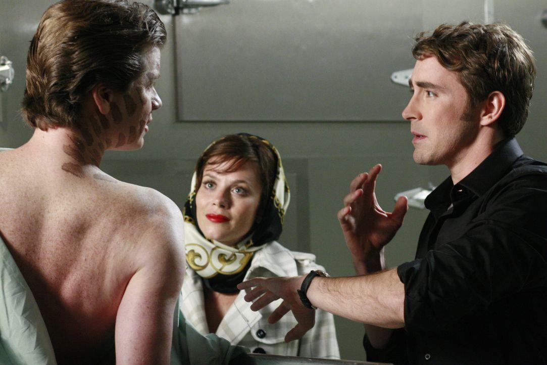 Chuck (Anna Friel, l.) und Ned (Lee Pace r.) läuft die Zeit davon: Bernard (Jonathan Mangum, vorne) muss ihnen den Mörder so schnell wie möglich nen... - Bildquelle: Warner Brothers