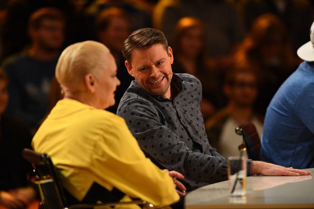 Was ist die richtige Antwort? Max Giermann gibt sein Bestes, um die Fragen der Zuschauer zu beantworten ... - Bildquelle: Willi Weber SAT.1