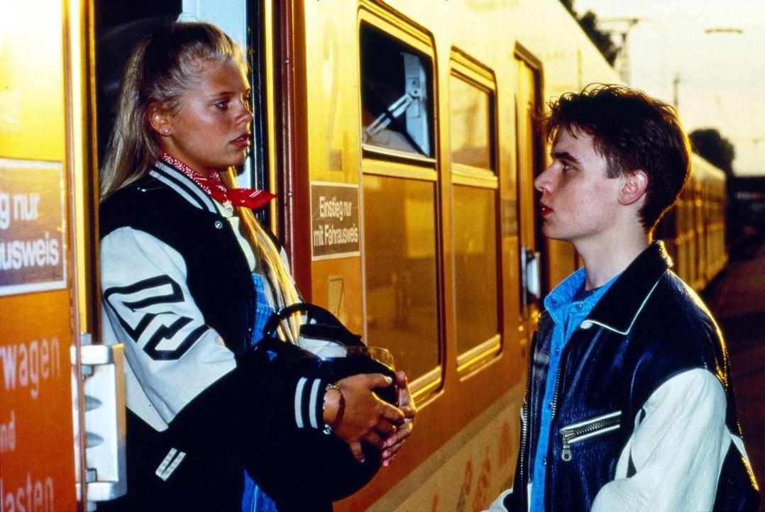 Natalie (Anne Sophie Briest, l.) will weg von zu Hause und steigt in den Zug Richtung Frankfurt. Ihr Freund Max (Tobias Nath, r.) versucht sie aufzu... - Bildquelle: Sat.1