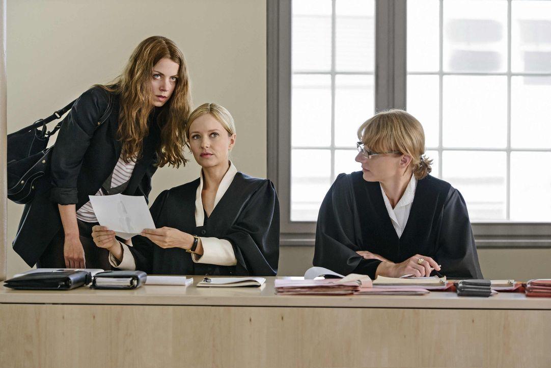 Staatsanwältin Brenner (Christina Große, r.) ist gespannt, welches belastende Dokument Maria (Stefanie Stappenbeck, M.) und Vivian (Alice Dwyer, l.)... - Bildquelle: Stefan Erhard SAT.1