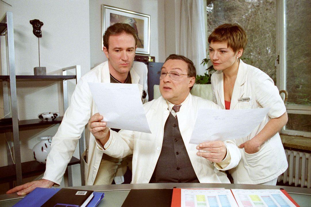 Dr. Forch (Stefan Walz, l.), Dr. Friedländer (Jaecki Schwarz, M.) und Stephanie (Claudia Schmutzler, r.) rätseln, wieso die 14-jährige Theresa ihre... - Bildquelle: Noreen Flynn Sat.1