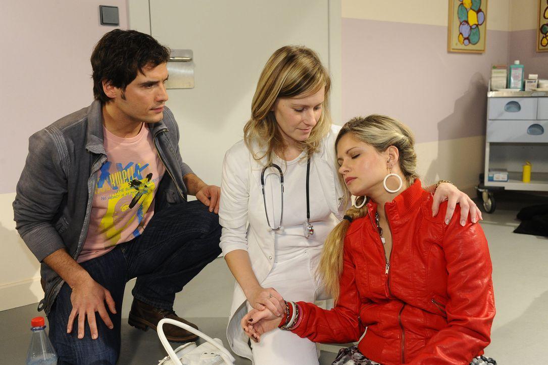 Nach ihrem Zusammenbruch im Krankenhaus ist Mia (Josephine Schmidt, r.) sich nicht sicher, ob sie Alexander (Paul Grasshoff, l.) in ihrem aufgewühl... - Bildquelle: SAT.1