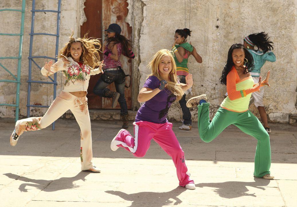 Bei einem Dance-Battle zeigen die amerikanischen Mädels den indischen Tänzern mal, wie man bei ihnen tanzt: Chanel (Adrienne Bailon, l.), Dorinda (S... - Bildquelle: Disney - ABC - ESPN Television