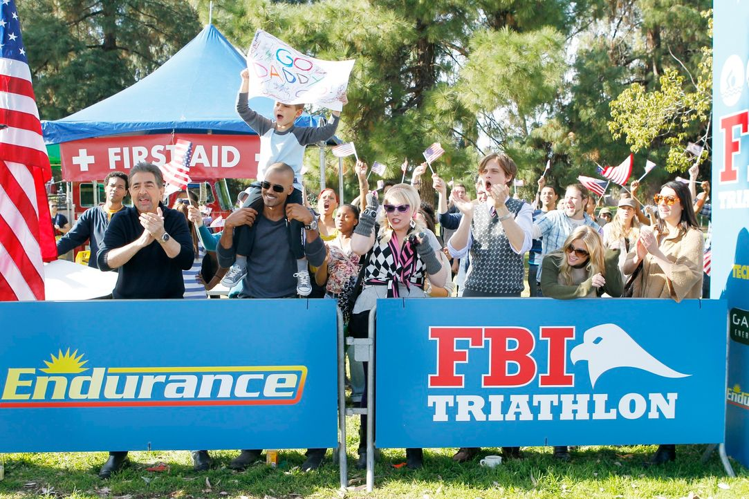 Feuern Hotch beim FBI-Triathlon an: Derek (Shemar Moore, 2.v.l.), Prentiss (Paget Brewster, r.), JJ (A. J. Cook, 2.v.r.), Reid (Matthew Gray Gubler,... - Bildquelle: ABC Studios