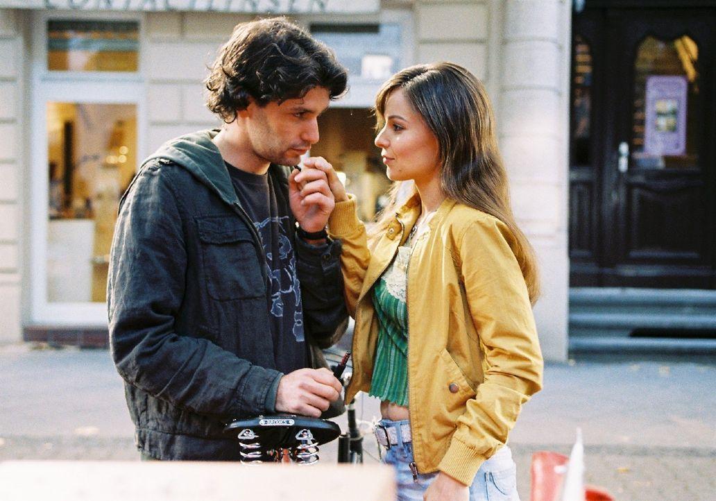 Lilly (Mina Tander, r.) findet den Rikschafahrer Jo (Luca Zamperoni, l.) zwar sehr sympathisch, doch da gibt es noch den gut aussehenden Millionär... - Bildquelle: Sat.1