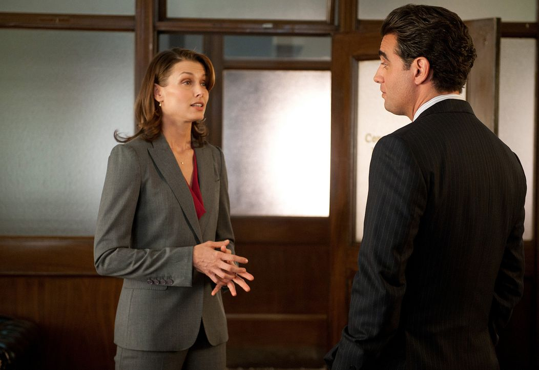 Wird Nickies Plan, ihre Mutter Erin (Bridget Moynahan, l.) mit Oberstaatsanwalt Charles Rosselini (Bobby Cannavale, r.) zu verkuppeln, aufgehen? - Bildquelle: 2010 CBS Broadcasting Inc. All Rights Reserved