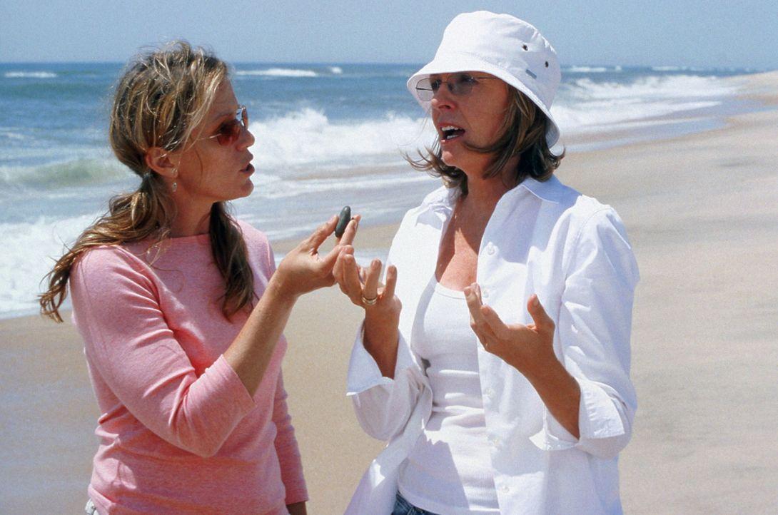 Zoe (Frances McDormand, l.) versucht ihre Schwester Erica (Diane Keaton, r.) zu beruhigen, die total entsetzt über den neuen Freund ihrer Tochter i... - Bildquelle: Warner Bros. Pictures