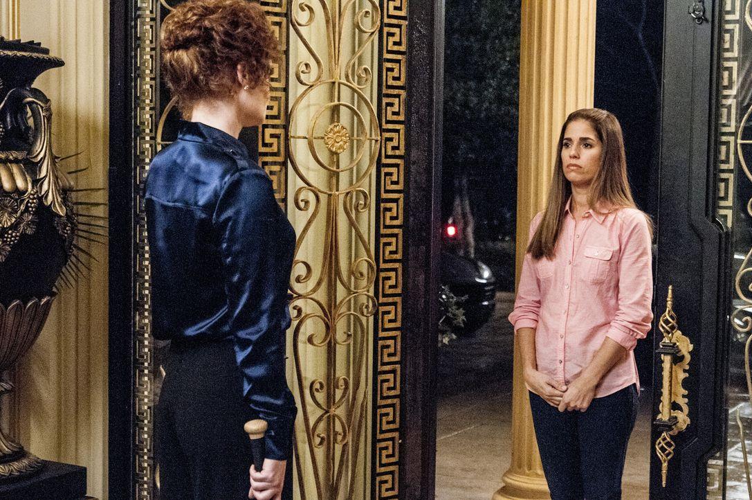Während Zoilas Job auf dem Spiel steht, weil Genevieve finanzielle Probleme hat, macht Marisol (Ana Ortiz, r.) bei Evelyn (Rebecca Wisocky, l.) und... - Bildquelle: ABC Studios