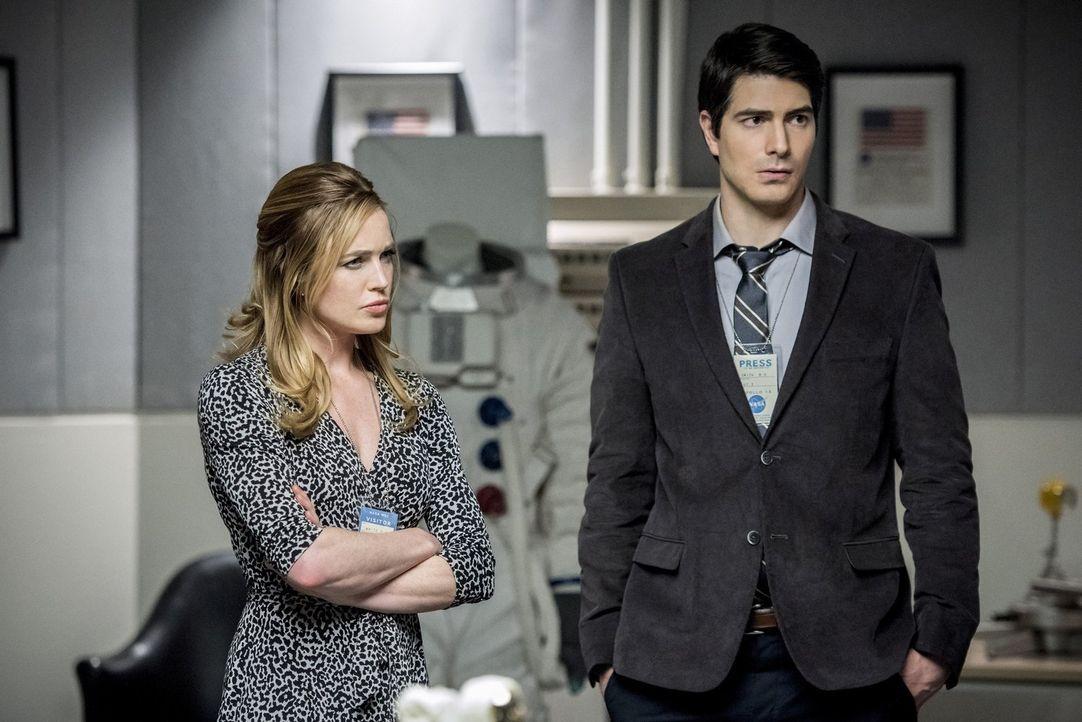 Noch ahnt Sara (Caity Lotz, l.) nicht, dass Ray (Brandon Routh, r.) schon bald ein Gespräch mit ihrem Feind führt, das ihn zum Nachdenken bringt ... - Bildquelle: Warner Brothers