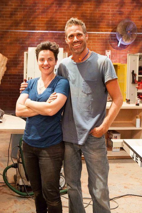 Schlafen mit Weitblick. Designerin Alexis (l.) und Schreiner Jeff (r.) wollen ein Bett mit ganz besonderem Rückenteil bauen. Wird es schlussendlich... - Bildquelle: Warner Bros.