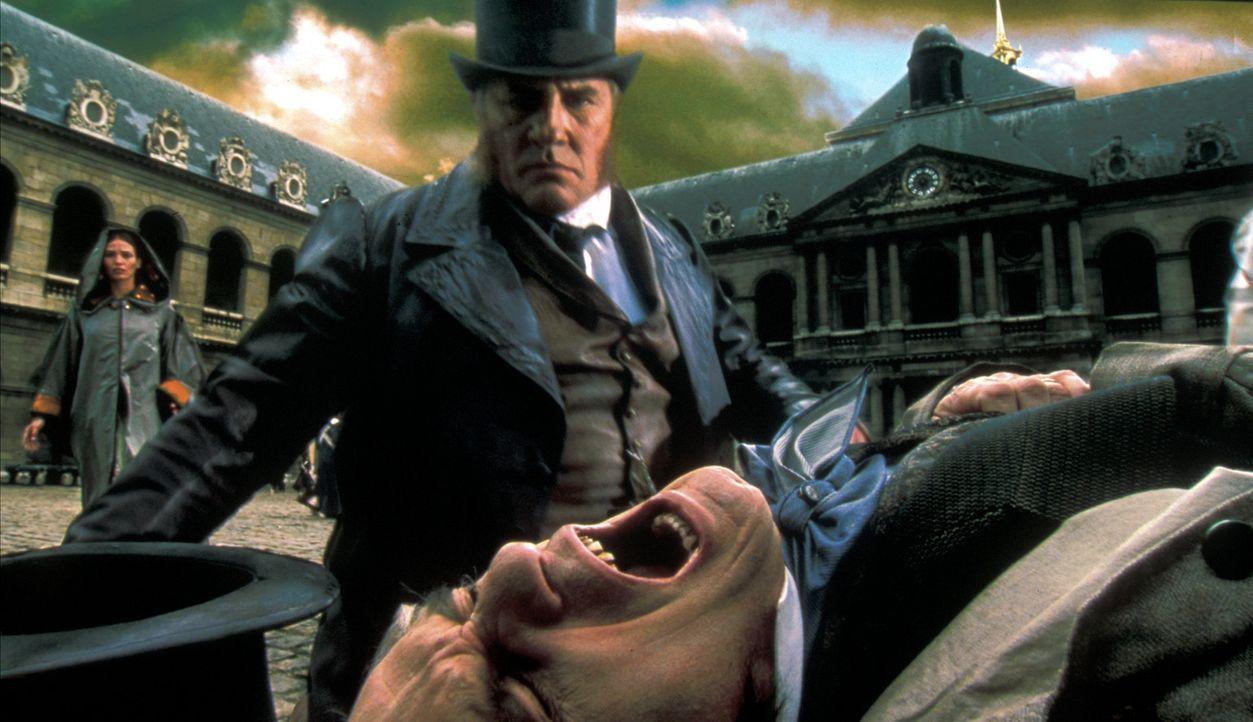 Eigentlich wollte Vidocq (Gérard Depardieu, l.) den Mord an Ernest Lafitte (Gilles Arbona, r.) verhindern, doch der Alchemist war wieder einmal sch... - Bildquelle: Studio Canal