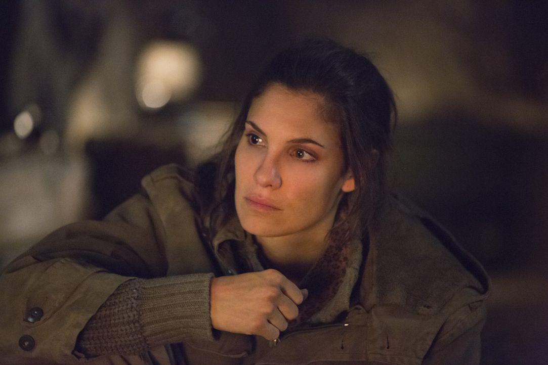 Kensi (Daniela Ruah) ist verzweifelt: Die Taliban halten sie in einer Höhle in Afghanistan fest - doch eigentlich haben sie es auf ihren Ex-Verlobte... - Bildquelle: CBS Studios Inc. All Rights Reserved.