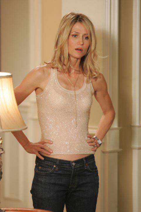 Kirsten (Kelly Rowan) ist noch immer sauer auf Sandy, da er sich weiterhin gegen ihren Willen mit Rebecca trifft ... - Bildquelle: Warner Bros. Television