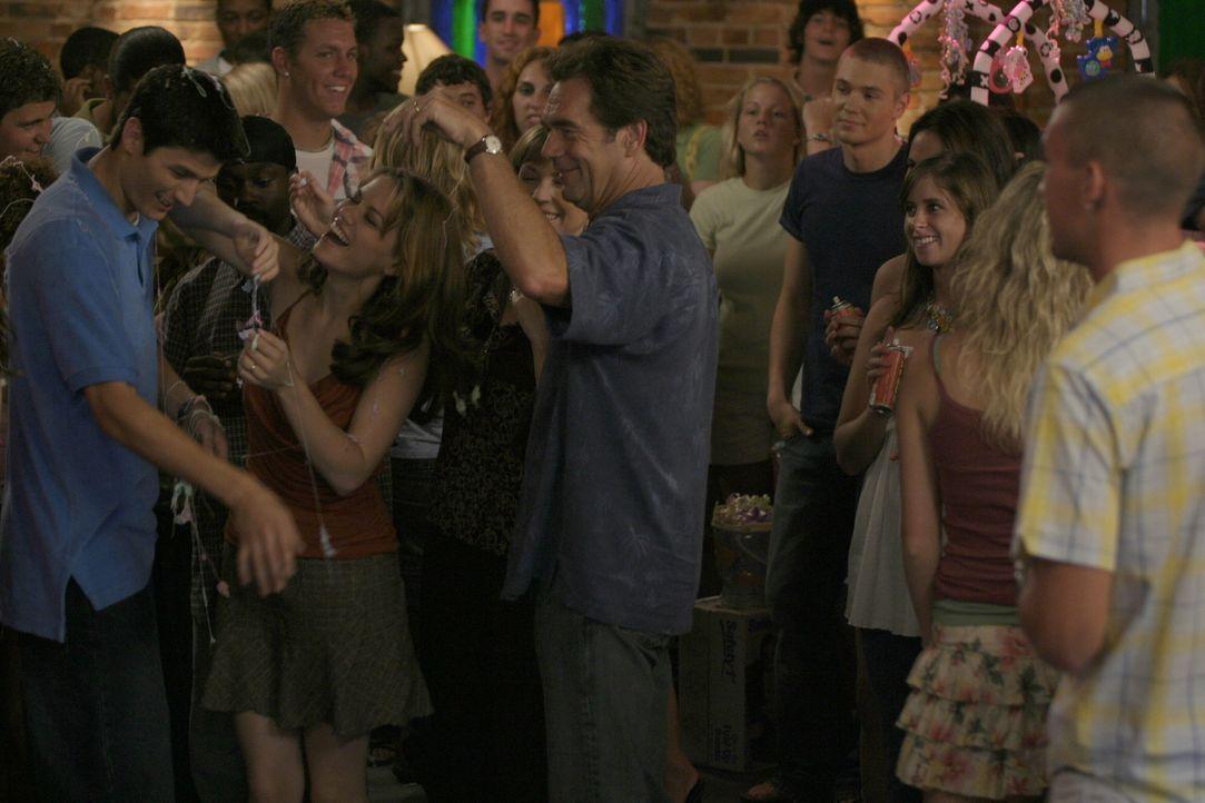 Die Party ist ein großer Erfolg: Nathan (James Lafferty, l.), Haley (Bethany Joy Galeotti, 2.v.l.) und ihr Vater Jim (Huey Lewis, M.) feiern ausgel... - Bildquelle: Warner Bros. Pictures
