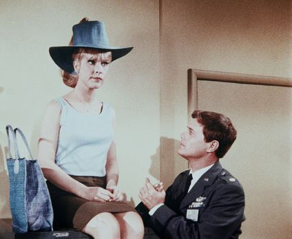 Bezaubernde Jeannie - Jeannie (Barbara Eden, l.) ist enttäuscht, weil das gep...
