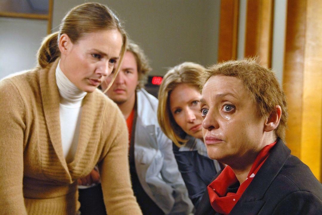 Während des Verhörs erleidet Friedmann (Katharina Thalbach, r.) einen Zusammenbruch. Nina (Sonsee Neu, l.), Schmidt (Daniel Zillmann, 2.v.l.) und Dr. Bentheim (Petra Zieser, 2.v.r.) versuchen ihr beizustehen ...