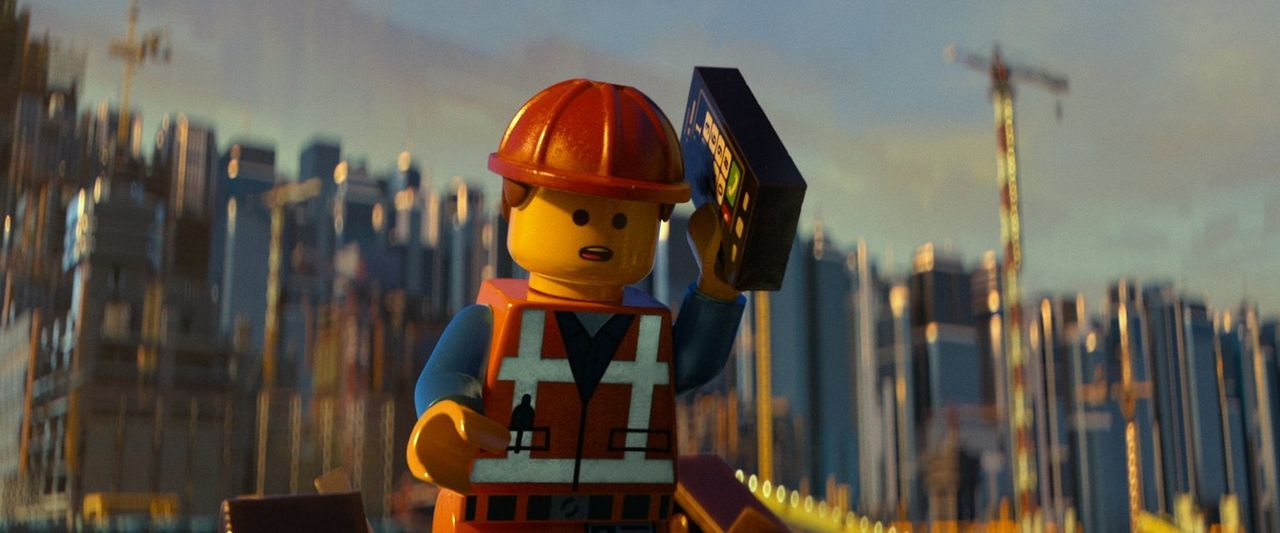 Auf der Baustelle begegnet Bauarbeiter Emmet (Bild) nach Feierabend die junge Wyldstyle, die sich eigenartig verhält. Davon irritiert, stürzt er in... - Bildquelle: 2014 Warner Brothers