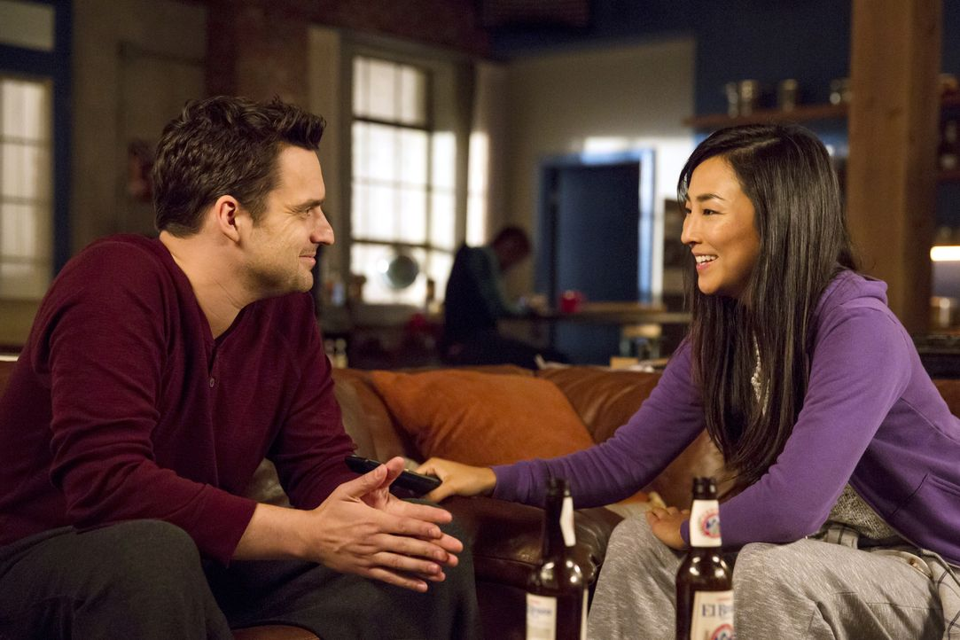 Nick (Jake Johnson, l.) ist begeistert von Kai (Greta Lee, r.). Vernebelt ihm das die Sinne? - Bildquelle: 2014 Twentieth Century Fox Film Corporation. All rights reserved.