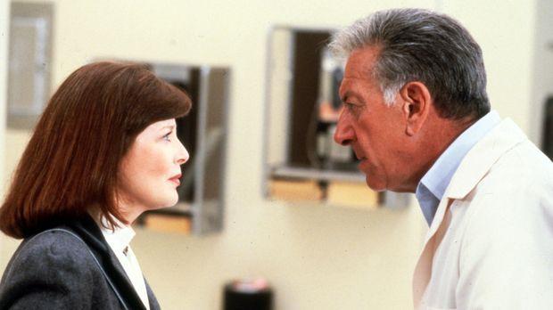 Dr. Emily Hanover (Anita Gillette, l.) hilft Quincy (Jack Klugman, r.) mal wi...