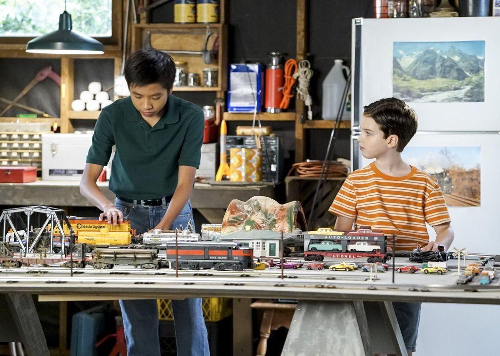 Ihre Freundschaft könnte in Gefahr geraten, wenn Mary und George einem Rat von Sheldons Schuldirektor folgen: Tam (Ryan Phuong, l.) und Sheldon (Iai... - Bildquelle: Warner Bros.