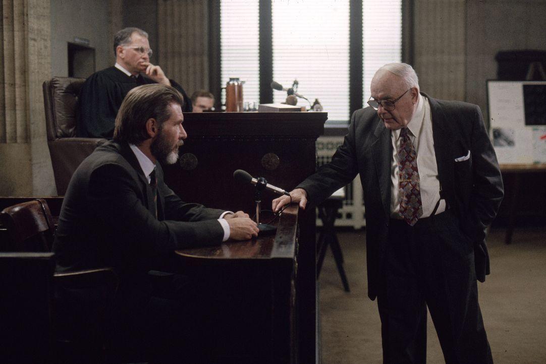 Dr. Richard Kimble (Harrison Ford, vorne l.) wird Zeuge, wie seine Frau umgebracht wird. Die Polizei verdächtigt ihn jedoch des Mordes. In einem zwe... - Bildquelle: Warner Brothers International Television Distribution Inc.