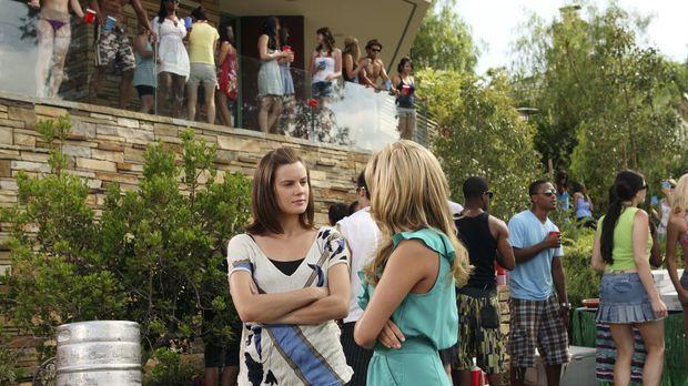 Austin schmeißt eine Party, zu der natürlich auch Emily (Chelsea Hobbs, l.) u...