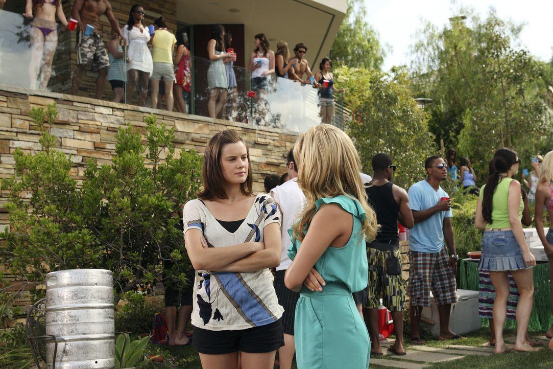 Austin schmeißt eine Party, zu der natürlich auch Emily (Chelsea Hobbs, l.) und Lauren (Cassie Scerbo, r.) eingeladen sind. - Bildquelle: 2010 Disney Enterprises, Inc. All rights reserved.