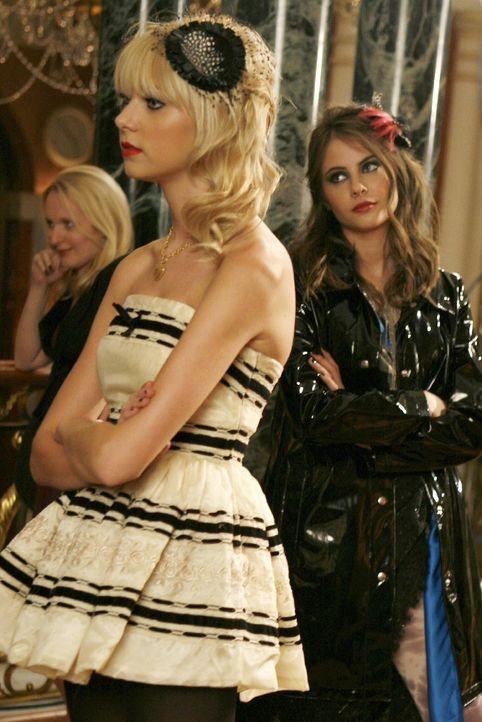 Jenny (Taylor Momsen, l.) und ihre Freundin Agnes (Willa Holland, r.) planen eine Guerilla-Modenschau, die für Jennys Karriere als Designerin den Du... - Bildquelle: Warner Bros. Television