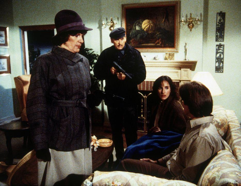 Während Eva (Andrea Marcovicci, 2.v.r.) und Lee (Bruce Boxleitner, r.) ihre alte Liebesbeziehung aufwärmen, tauchen plötzlich KGB Agenten auf, die E... - Bildquelle: CBS Television