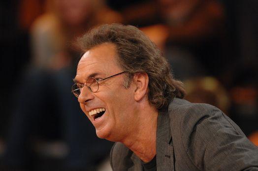 Hugo Egon Balder hat viel Spaß bei der Sendung ... - Bildquelle: Sat.1
