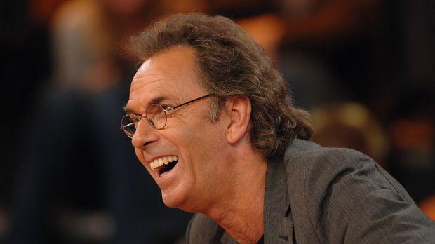 Hugo Egon Balder hat viel Spaß bei der Sendung ... © Sat.1