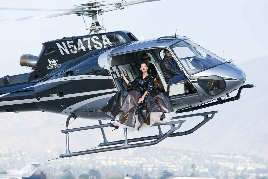 GNTM-Stf10-Epi06-Helikopter-Shooting-101-Vanessa-ProSieben-Richard-Huebner - Bildquelle: ProSieben/Richard Huebner