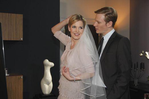 Alexandra (Ivonne Schönherr, l.) ist perplex, als Philip (Philipp Romann, r.)...