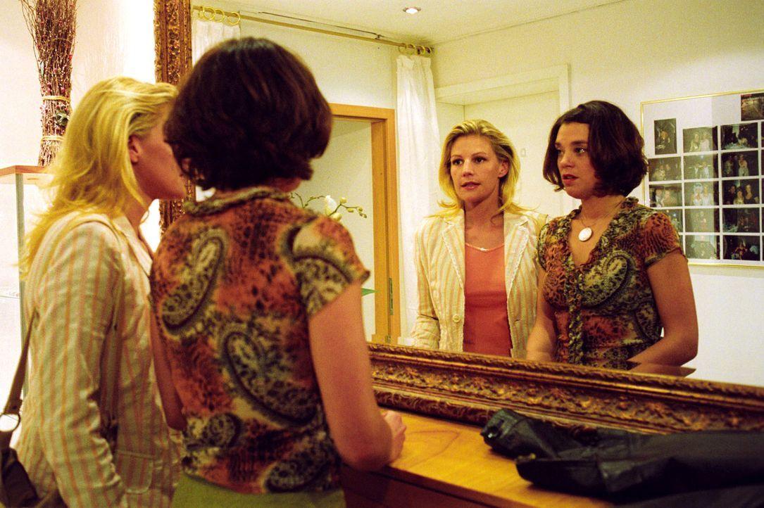 Durch die Kellnerin Heidrun (Dominique Chiout, r.) bekommt Sophie (Sophie Schütt, l.) einen wichtigen Hinweis. - Bildquelle: Noreen Flynn Sat.1