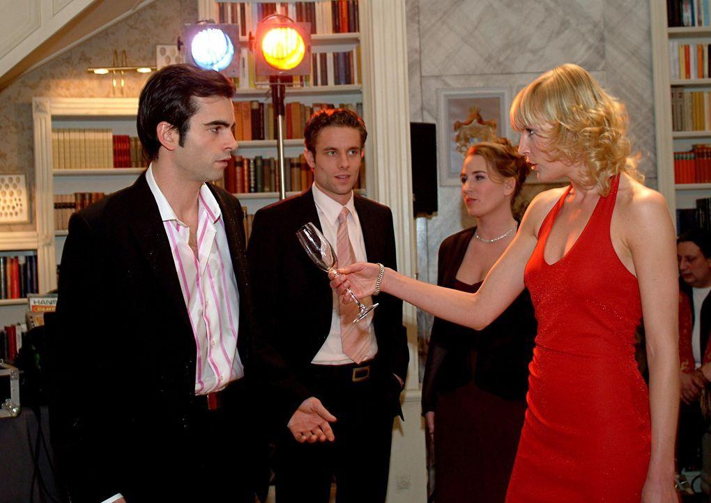 Alexandra (Sanna Englund, vorne r.) macht David (Mathis Künzler, vorne l.) auf der Party vor seiner Familie und den Gästen eine Szene. Es kommt zu... - Bildquelle: Sat.1