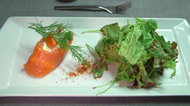 Lachs-Rouladen-mit-Salat-und-Dressing
