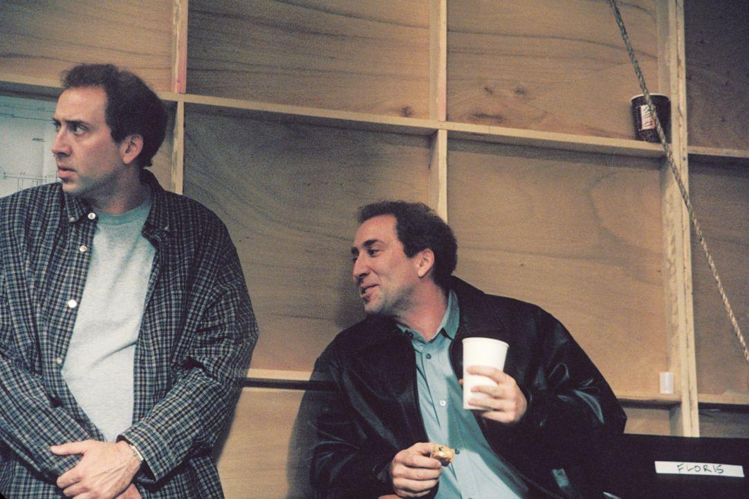 Die Zwillingsbrüder Charlie (l.) und Donald (r.) Kaufman (beides Nicolas Cage) könnten unterschiedlicher nicht sein. Charlie ist eher zurückhalte... - Bildquelle: 2003 Sony Pictures Television International