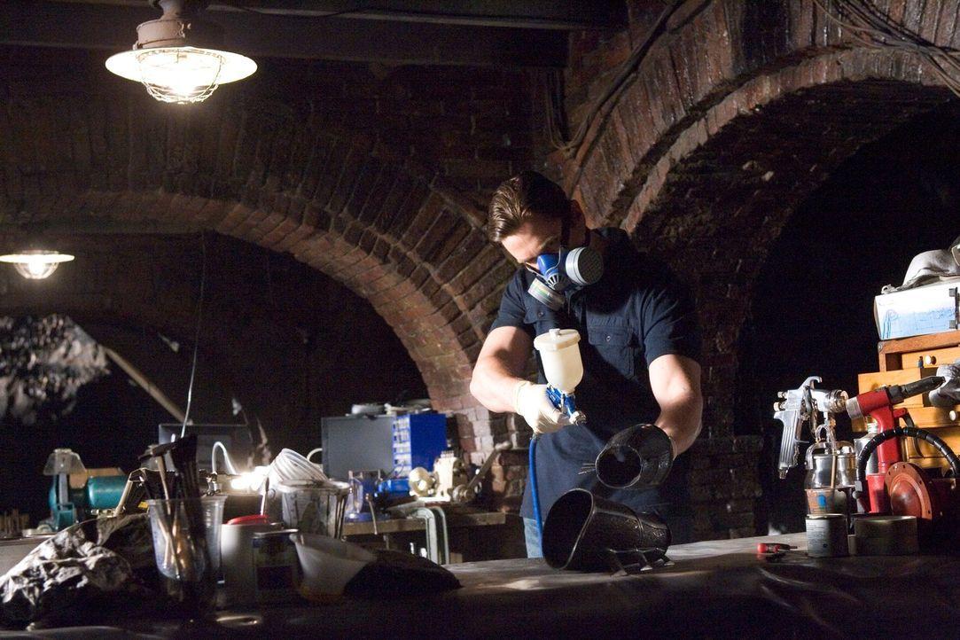Seine Waffen sind sein Verstand, einige kleine imposante Hightech-Waffen und das frisch kreierte Fledermauskostüm: Bruce Wayne (Christian Bale) ... - Bildquelle: 2005 Warner Brothers